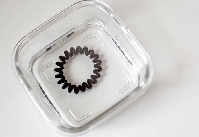 Кипяток поможет резинке принять первоначальную форму. / Фото: Zen.yandex.ru