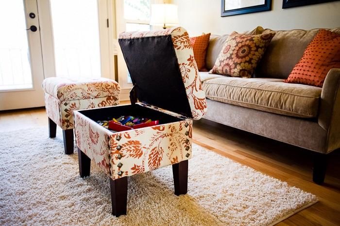 В пуфе с откидной крышкой можно хранить самые разнообразные вещи. / Фото: interiorsroom.ru