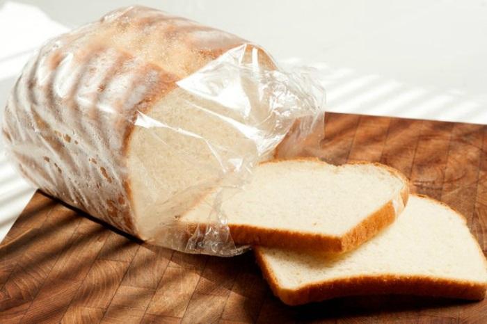 Перед заморозкой хлеб нужно порезать. / Фото: nastroy.net