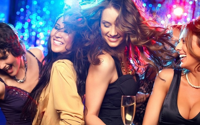 Девушки часто ходят в клуб в надежде встретить хорошего парня. / Фото: woman.ru