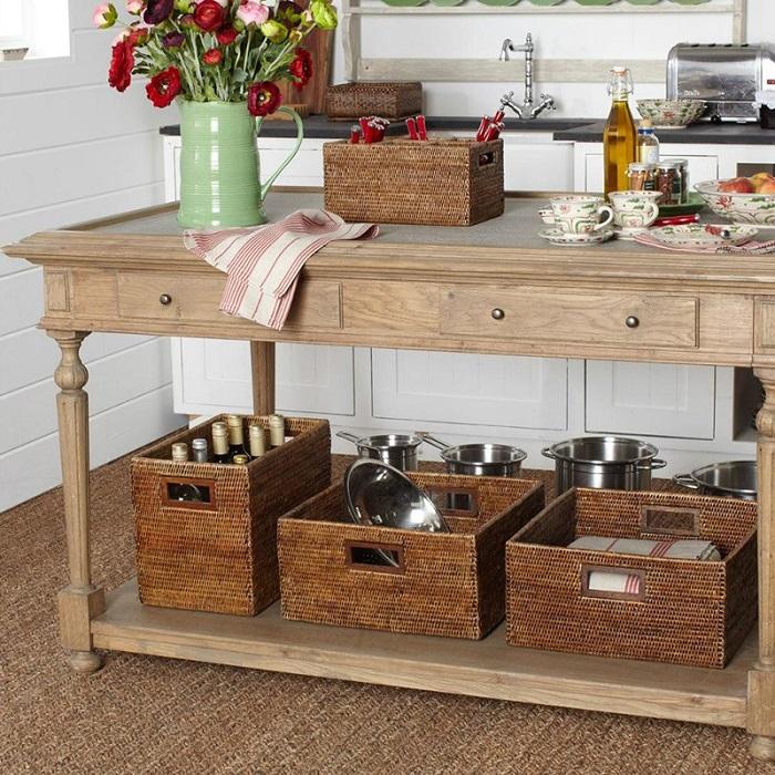 Плетеные корзины для хранения кухонных принадлежностей. / Фото: Roomester.ru
