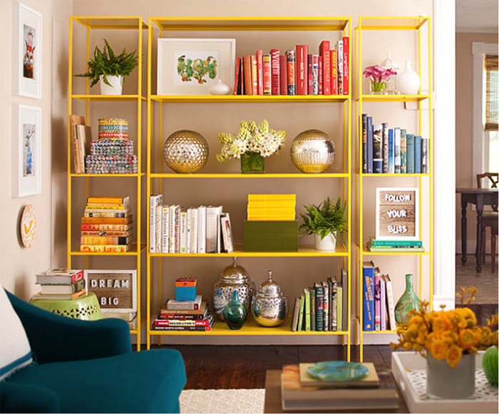 Выставите красиво книги на стеллаже. / Фото: pinterest.ru