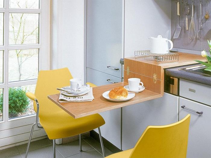 Откидной столик можно убрать  любой момент и освободить место. / Фото: stroy-podskazka.ru