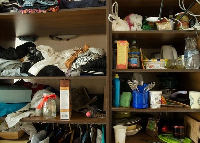 Беспорядок в шкафу характерен для людей с драматическим типом личности. / Фото: Zen.yandex.ru