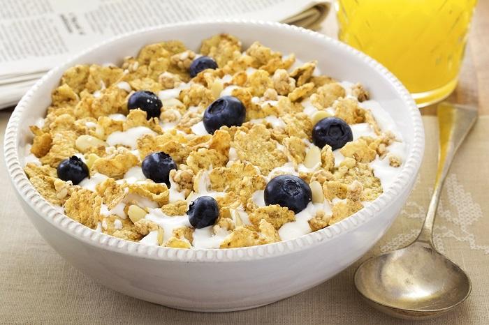 Кукурузные хлопья, заправленные молоком или йогуртом, не приносят пользы организму. / Фото: Wallbox.ru