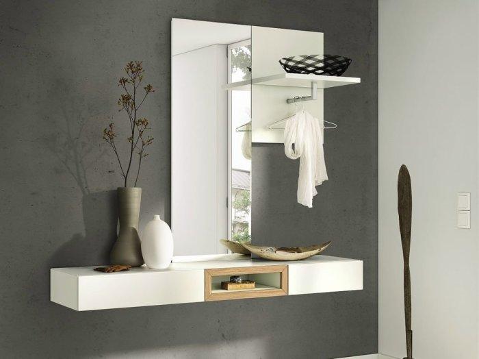 Купите зеркало с полками, чтобы оно выполняло еще и функции системы хранения. / Фото: stroy-podskazka.ru