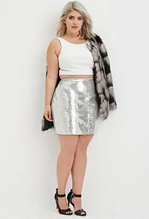 Блестящая юбка делает бедра шире. / Фото: Pinterest.ru