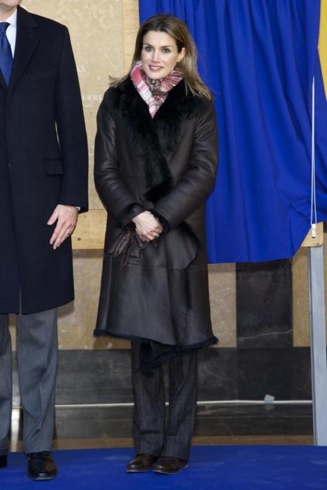 Королева Летиция в черной дубленке с мехом. / Фото: yapokupayu.ru