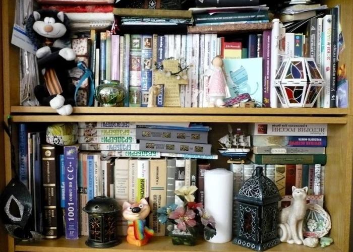 На полках не должно стоять слишком много предметов. / Фото: zen.yandex.com
