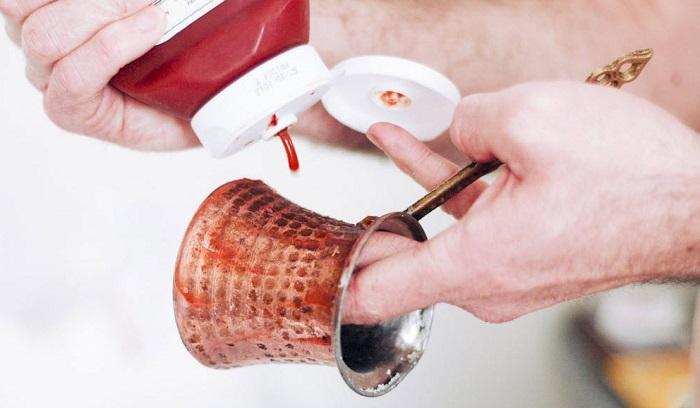 Кетчупом можно почистить медную турку. / Фото: remontbp.com