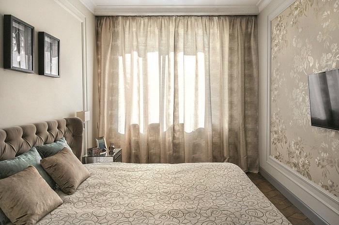 Бежевая спальня смотрится лаконично и неброско. / Фото: batheouse.ru