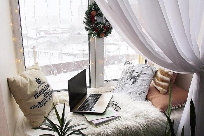 На подоконнике можно организовать уютную зону отдыха. / Фото: pirco.ru