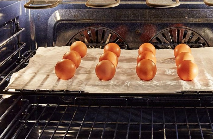 Яйца нужно выложить на бумагу и отправить в духовку. / Фото: fb.ru