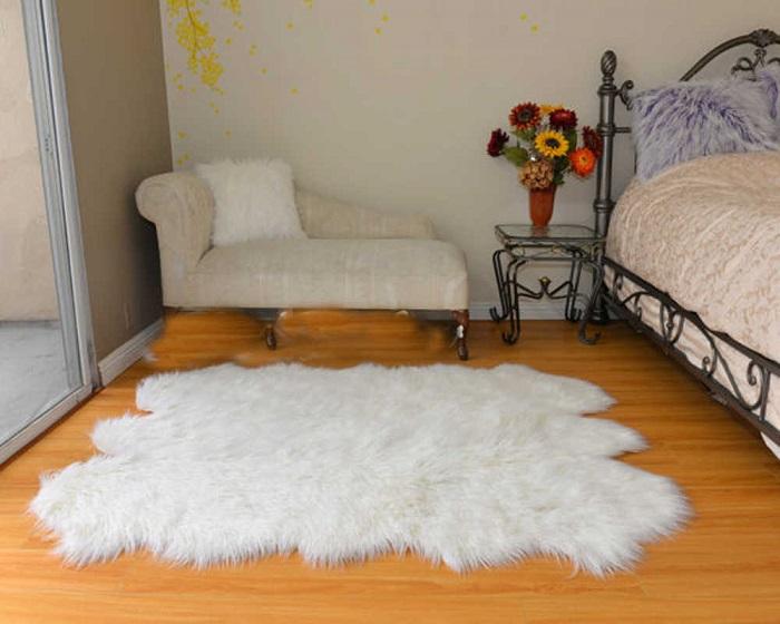 Искусственные меховые ковры белого цвета быстро теряют красивый внешний вид. / Фото: zen.yandex.ru