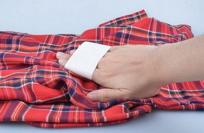 Пыль с одежды можно удалить скотчем. / Фото: golifehack.ru