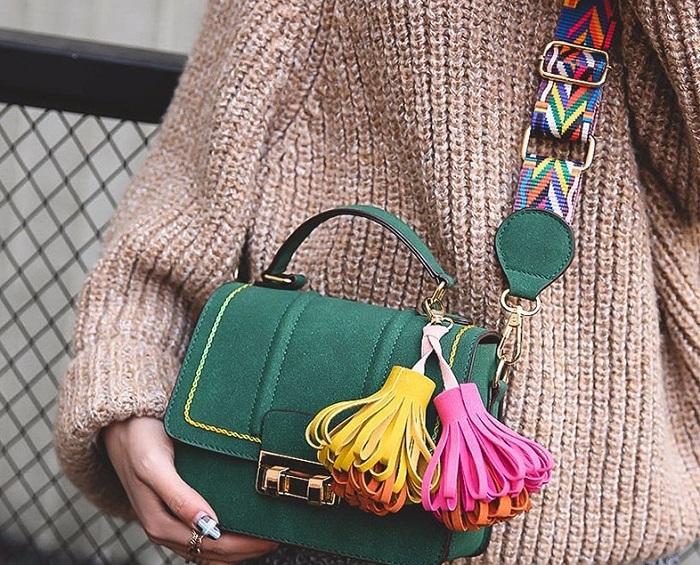 Кореянки часто дополняют образ яркой сумкой. / Фото: femmie.ru