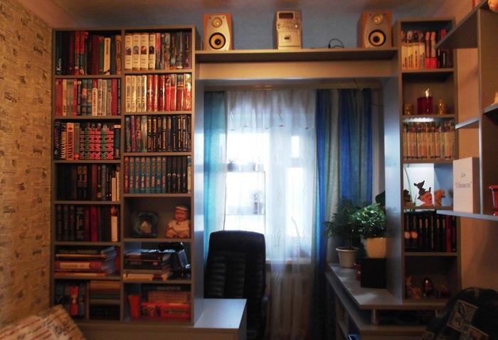 Стеллаж с книгами выглядит громоздко. / Фото: myhome.ru