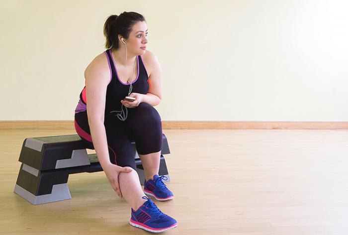 Лишний вес не должен стать преградой на пути к тренировкам. / Фото: cosmo.ru