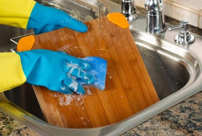 Разделочную доску нужно не только мыть, но и дезинфицировать. / Фото: medru.su