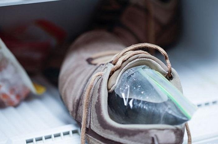 Обувь должна сутки простоять в морозилке. / Фото: Sale-week.ru