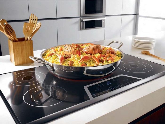 Индукционная панель греет непосредственно посуду, а не воздух вокруг. / Фото: berkem.ru
