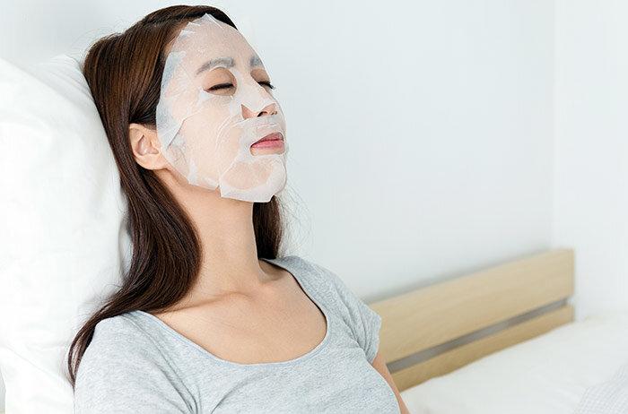 Для лучшего эффекта маски нужно наносить на ночь. / Фото: pinterest.ru
