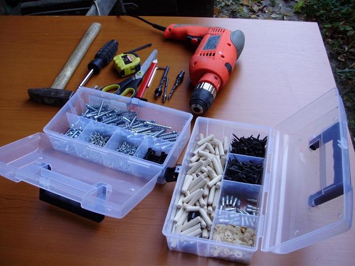В комплекте с мебелью должны быть запасные болты, саморезы, заглушки. / Фото: severdv.ru