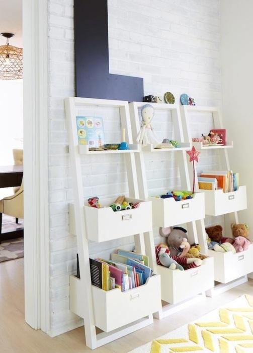 Для хранения игрушек выбирайте компактную, но многофункциональную этажерку. / Фото: mediasole.ru