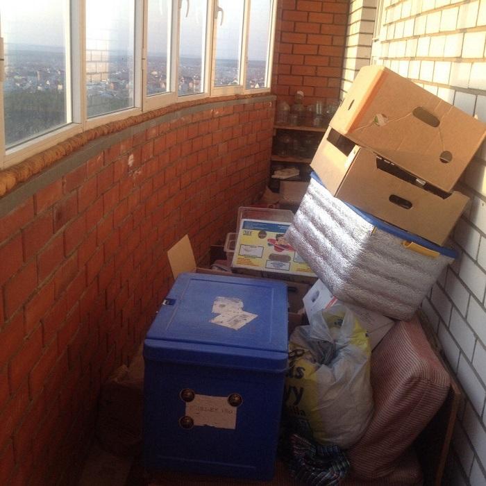 Вещи, которые жалко выбросить, отправляют на балкон. / Фото: evrookna-mos.ru