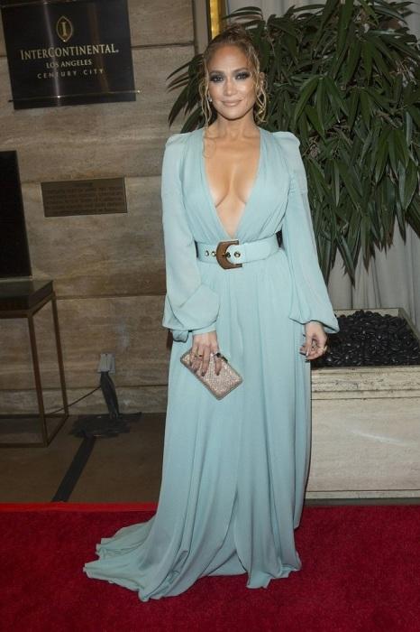 Дженнифер Лопес в мятном платье с глубоким декольте. / Фото: Shnyagi.net