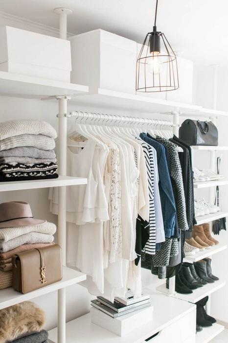 Открытое хранение одежды иногда смотрится неаккуратно. / Фото: Pinterest.com