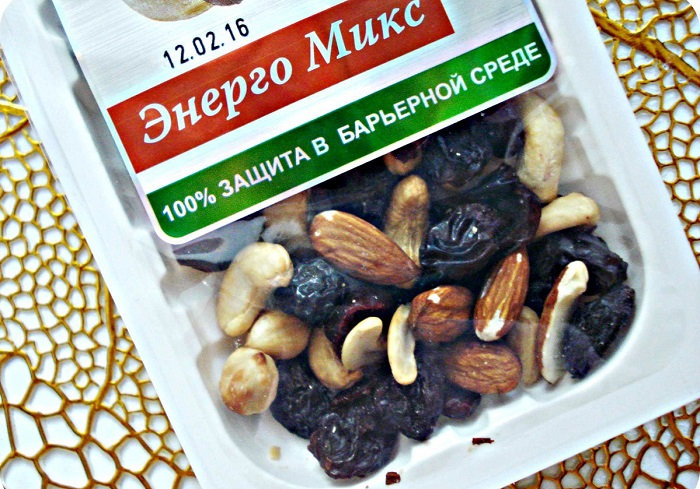 В смеси орехов есть еще и сухофрукты. / Фото: wbmonitor.ru