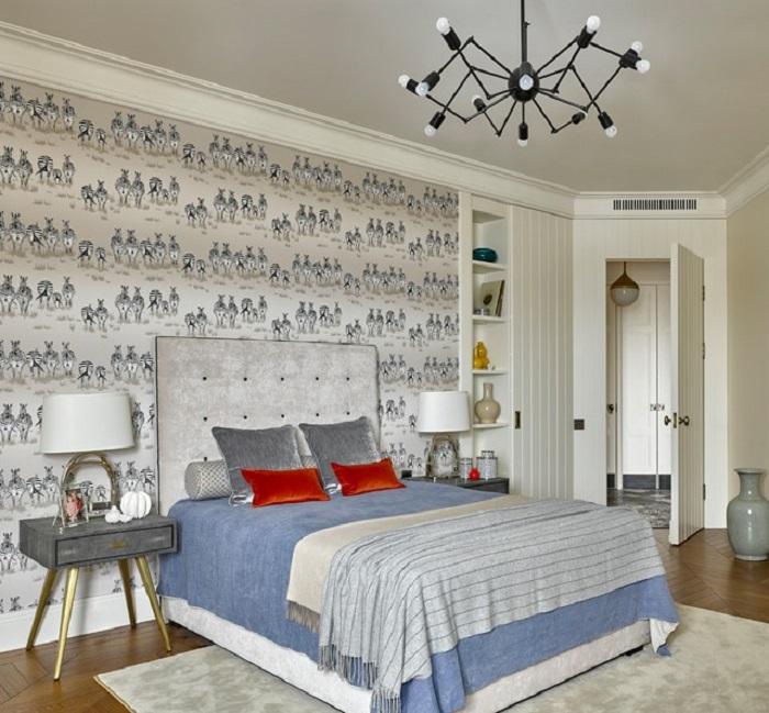 Поставьте рядом с кроватью одинаковые тумбы и светильники. / Фото: homius.ru