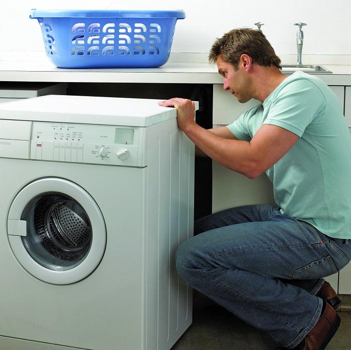 Если стиральная машина стоит в тумбе, ее также можно отодвинуть. / Фото: sdelai-lestnicu.ru