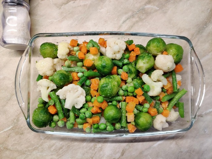 Овощи нужно размораживать в емкости из жаропрочного стекла. / Фото: 1000.menu
