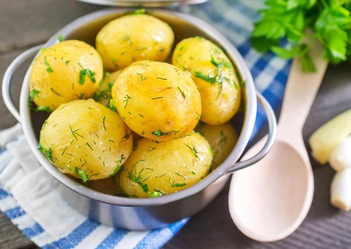 Отварной картофель на ужин так же вреден, как и жареный. / Фото: goodfon.ru