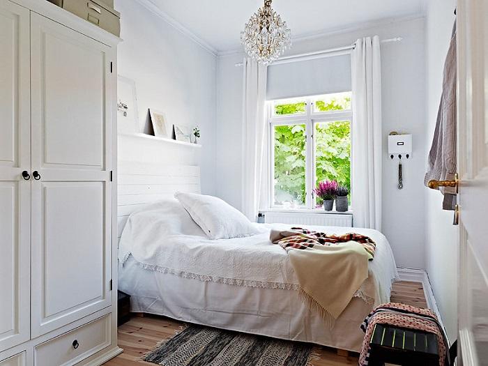 Возле окна можно расположить кровать. / Фото: pinterest.com