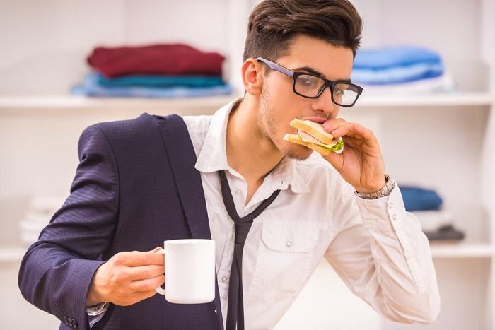 Бутерброд в качестве перекуса - плохая идея. / Фото: Zen.yandex.com