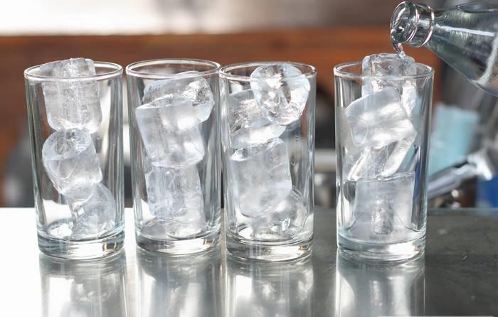 Если замораживать кипяченую воду, кубики будут прозрачными