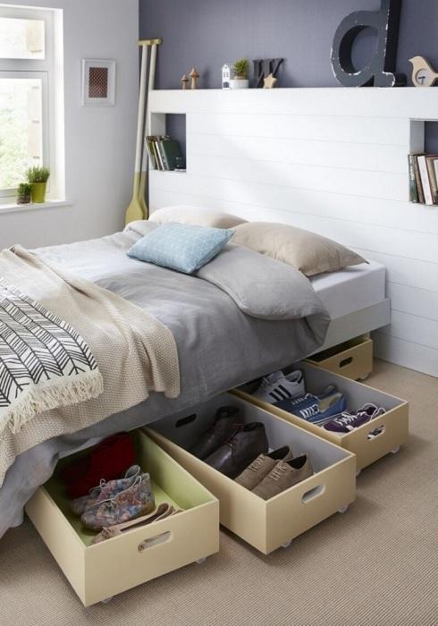 Храните под кроватью коробки с обувью и вещами. / Фото: fasad.guru
