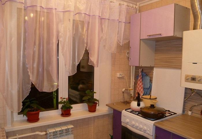 Ассиметричные шторы на кухне смотрятся неаккуратно. / Фото: Zen.yandex.ru