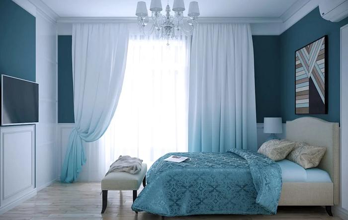 Для интерьера спальни подобрали несколько оттенков голубого. / Фото: postroika.biz