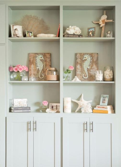 Два одинаковых предмета будут гармонично смотреться на соседних полках. / Фото: Pinterest.com