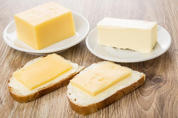 Сыр и сливочное масло хранятся на дверце в небольших количествах. / Фото: Fb.ru