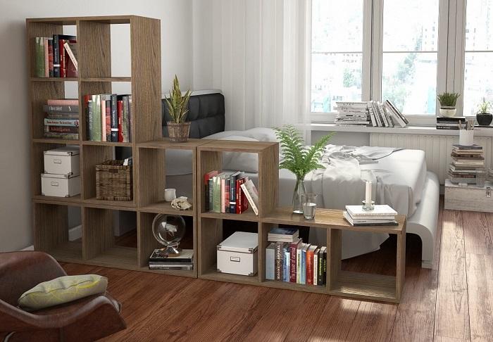 Стеллаж вместит много книг и разделит комнату на зоны. / Фото: design-homes.ru