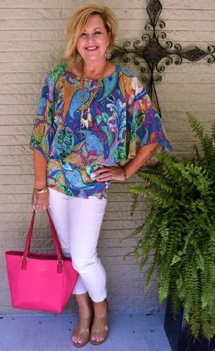 Крупные принты делают женщин старше своего возраста. / Фото: Tr.pinterest.com