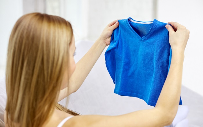 Вернуть истинный размер одежде можно, если растянуть мокрую вещь и высушить ее на горизонтальной поверхности. / Фото: shkolazhizni.ru