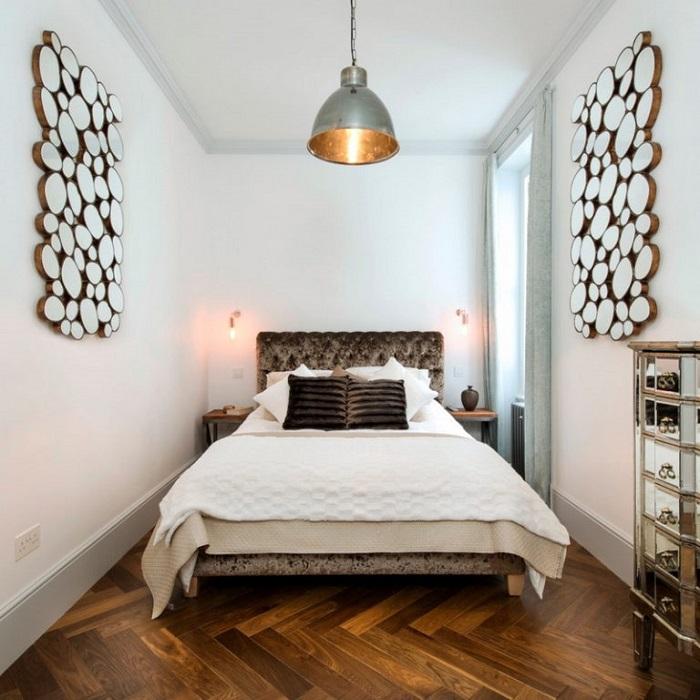 Белые стены и потолок визуально увеличивают спальню. / Фото: roomester.ru