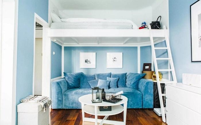 В комнате с высокими потолками можно обустроить два яруса. / Фото: Dizainexpert.ru