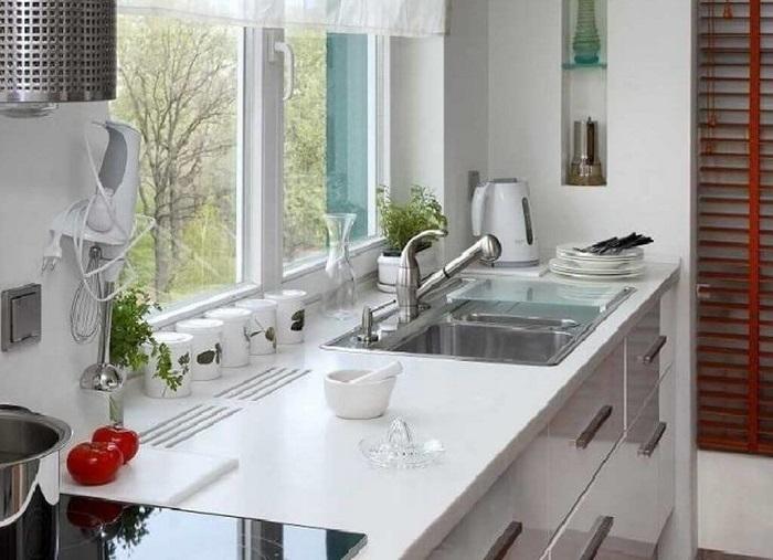 Раковина возле окна делает процесс мытья посуды приятнее. / Фото: Dizainexpert.ru
